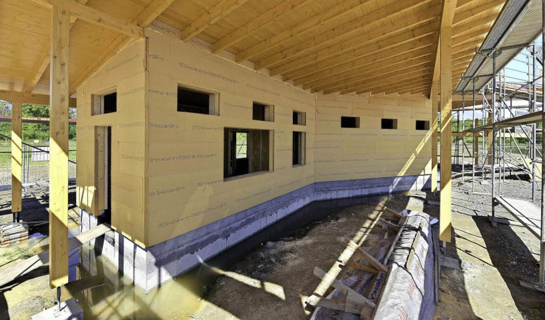 Holzkonstruktion mit schattenspendendem Vordach  | Foto: Thomas Kunz