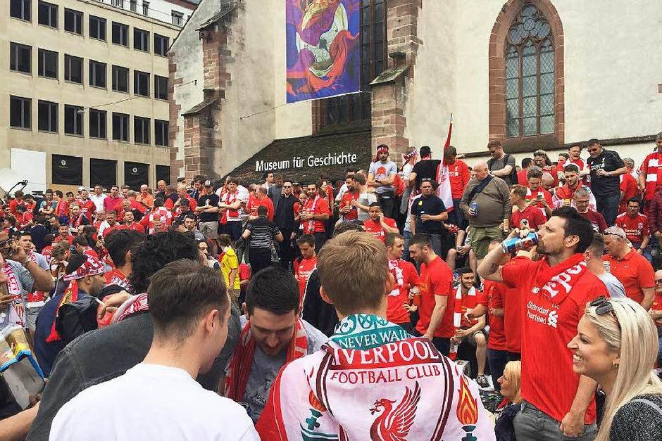 In Basel treffen am Abend des Europa-League-Finales Fans aus Sevilla auf Fans aus Liverpool. Die Stimmung ist ausgelassen, die Fangesänge sind laut. (Foto: Hannes Schuster)