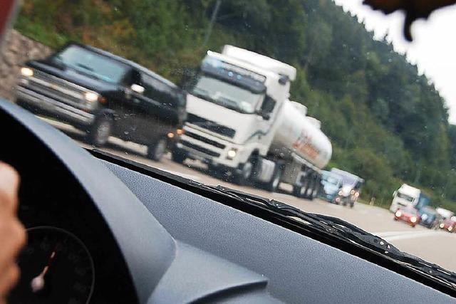 Auto kollidiert mit Sattelzug: B 31 mehrere Stunden dicht