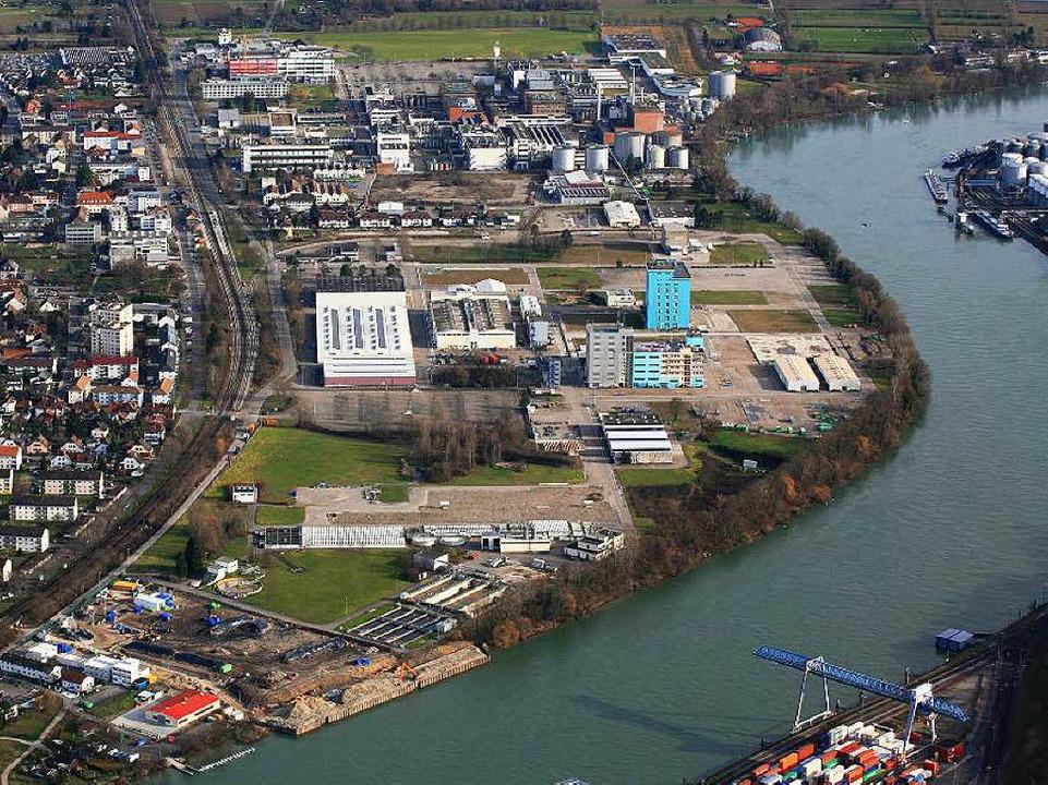 Das BASF-Areal in Grenzach-Wyhlen (Mit... zwischen der Ortsmitte und dem Rhein.  | Foto: Erich Meyer