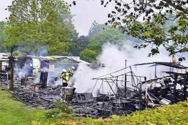 Im Freiburger Westen brennen sieben Wohnwagen aus