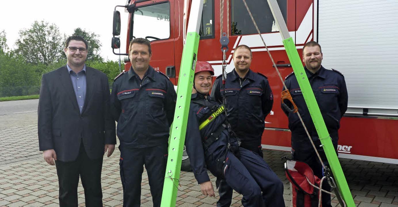 Sascha Meyer übergab die Spende an   d...el, Markus Kossmann und Andreas Lang.   | Foto: Feuerwehr Rheinhausen