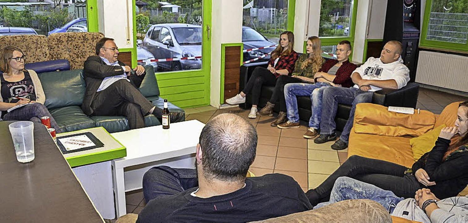 Immerhin acht Jugendliche nutzten die ...er von links) ins Gespräch zu kommen.   | Foto: Benedikt Sommer