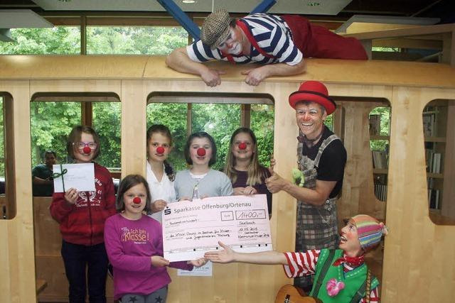 Spende für Klinik-Clowns