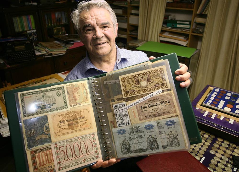 Hermann Göppert mit alten Banknoten. L...em versteckten jüdischen Klopfzeichen.  | Foto: Bastian Bernhardt
