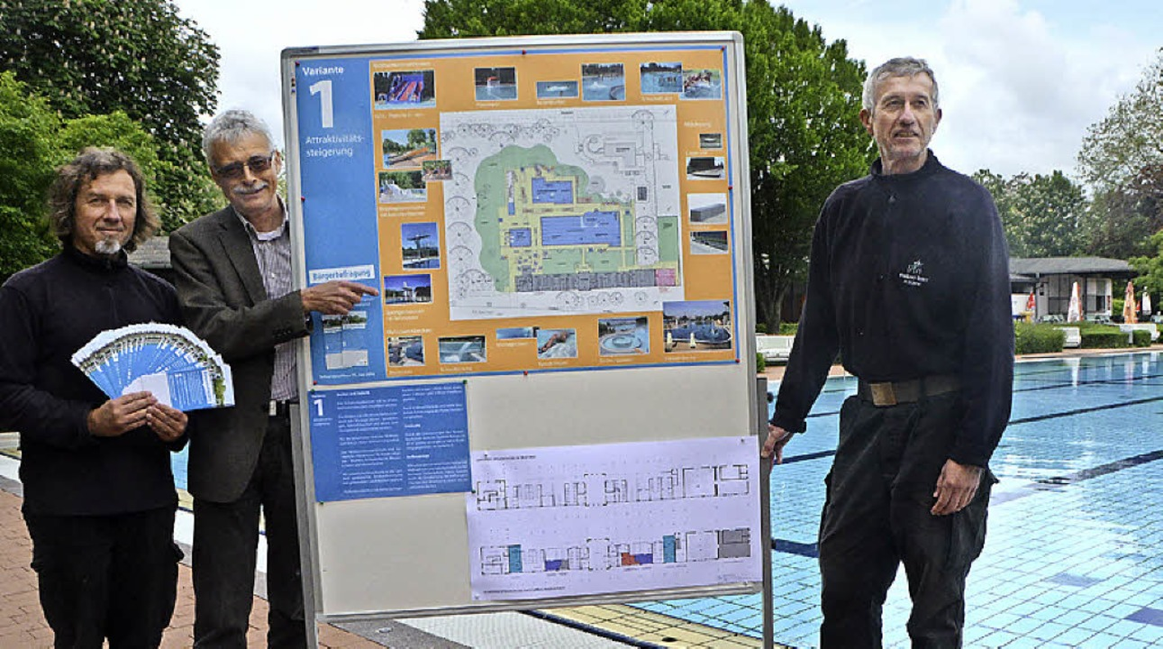 Die Schwimmmeister Jörg Staiger (links...rke-Chef Karl-Heinrich Jung die Pläne.  | Foto: Gerhard Walser