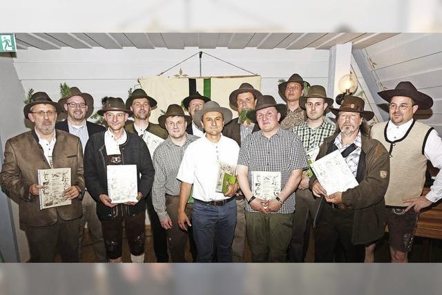 Urkunden für 13 Jungjäger