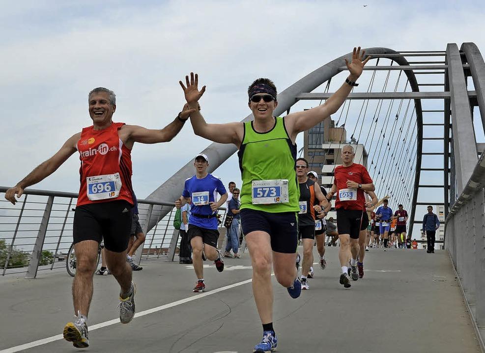 Läufer auf der Dreiländerbrücke in Weil am Rhein.   | Foto: Roman Daudrich