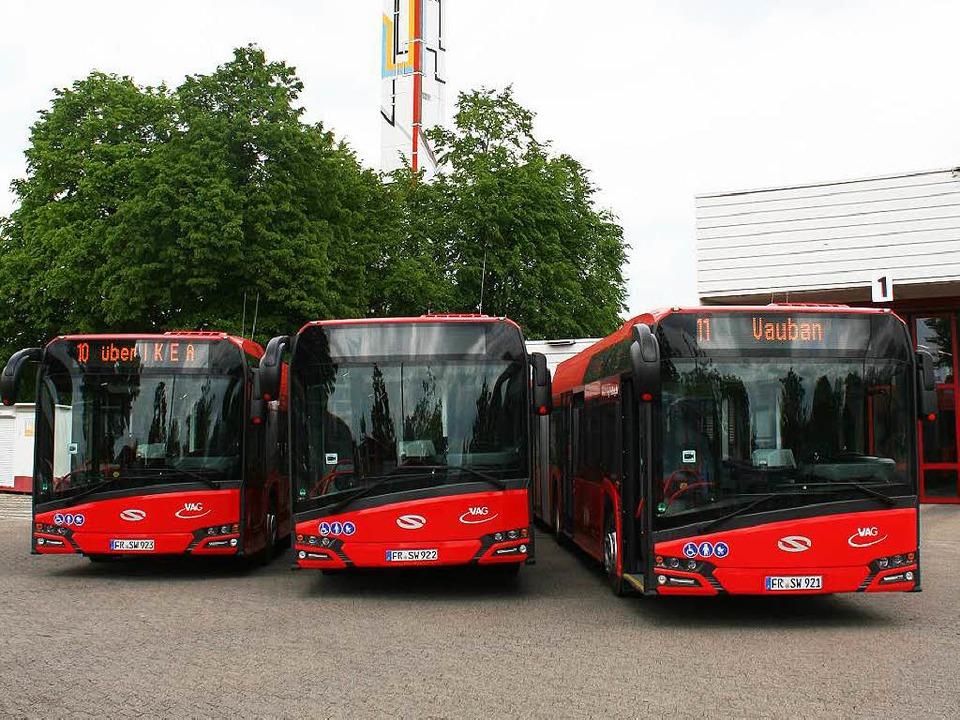 Die Drei von der Haltestelle: Ab Freit...hren die neuen Busse im Linienverkehr.  | Foto: VAG