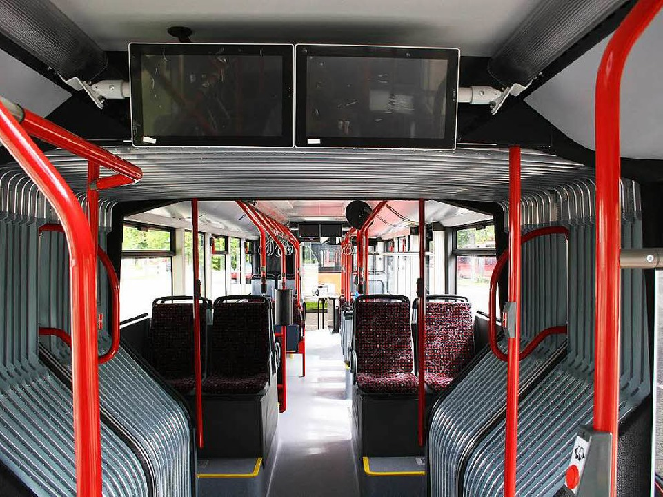 Im Inneren bitet der Stadtbus Urbino 4...plätze und Platz für zwei Kinderwagen.  | Foto: VAG