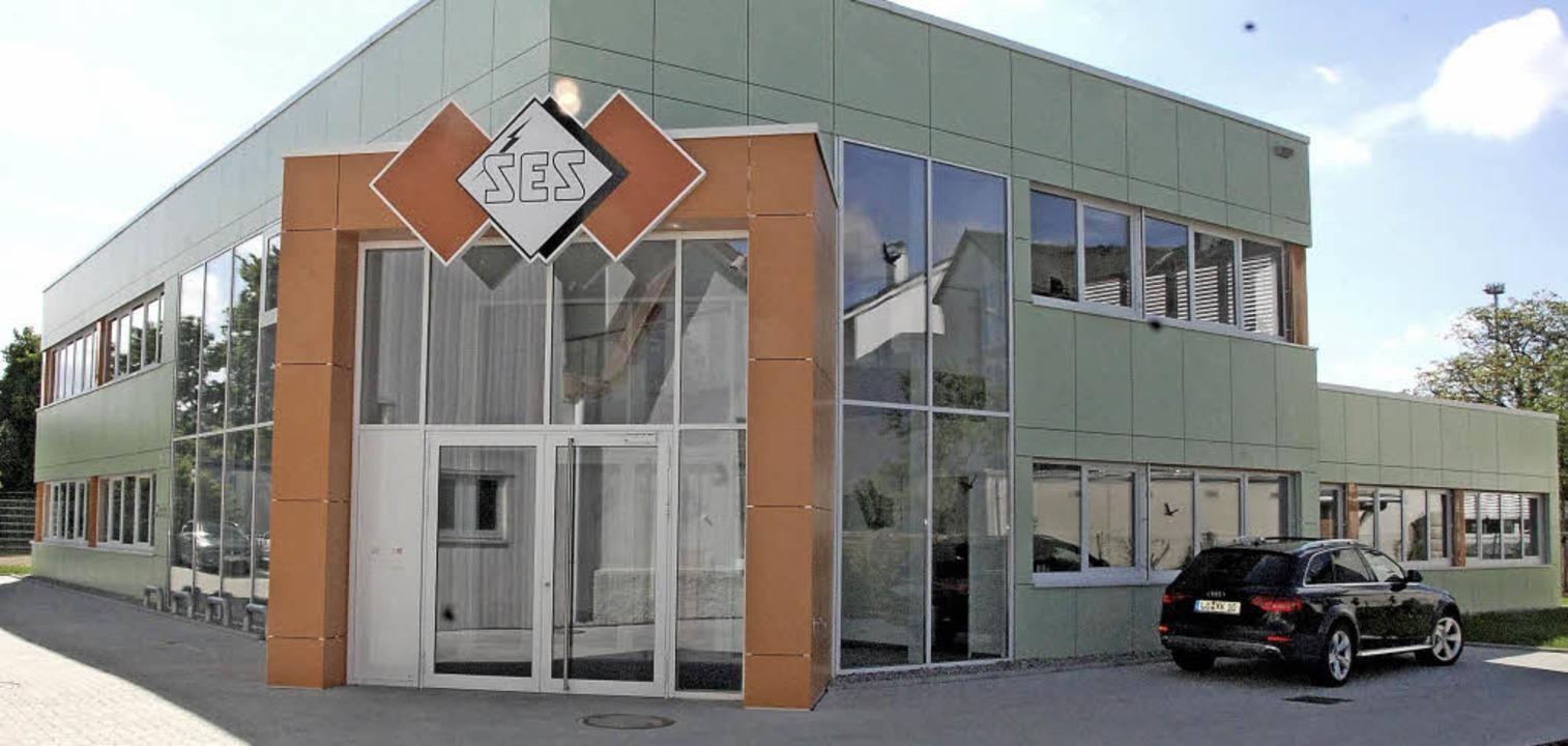 Orange, die Firmenfarbe des Unternehme...uch in der Fassade des Neubaus wieder.  | Foto: Herbert Frey