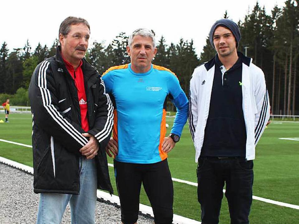Axel Kostenbader (Mitte) will 32 Kilom...ern die Daumen für sportlichen Erfolg.  | Foto: Martha Weishaar