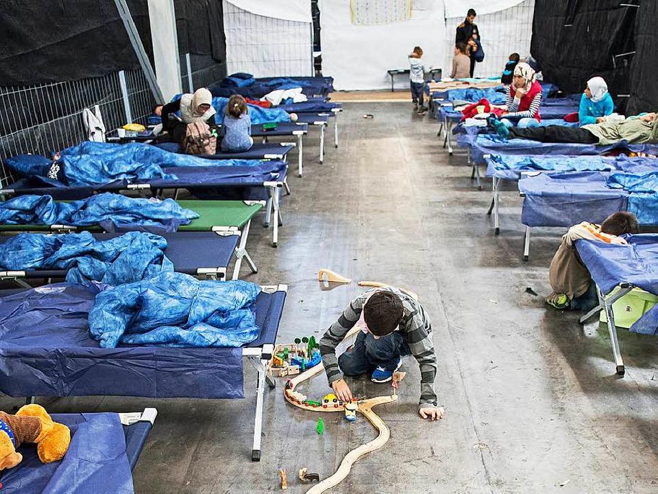 Alltag in einer Notunterkunft für Flüchtlinge in Rottenburg   | Foto: dpa