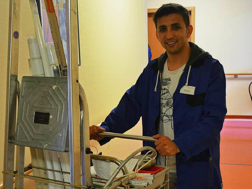 Ali Mohamad Zia hier im Wohnstift, wo er als Hausmeister tätig ist.  | Foto: Lisa Blitz