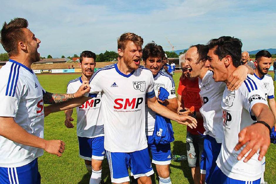 Jubel beim FC Bötzingen: Die erste Mannschaft hat überraschend doch noch den Klassenerhalt geschafft. (Foto: Horst David)