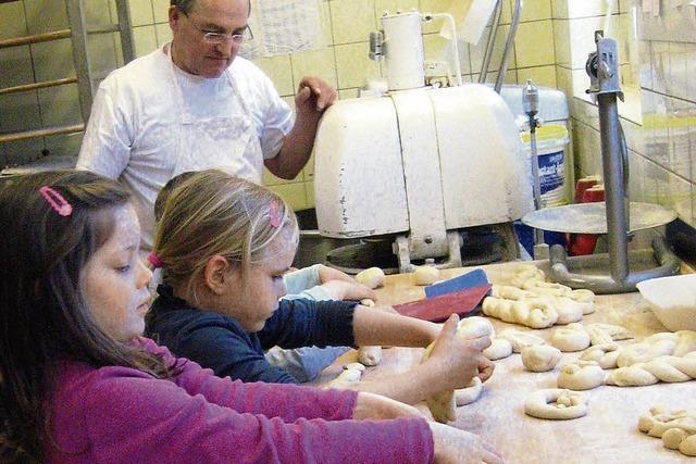 Kinder zu Besuch bei Handwerkern