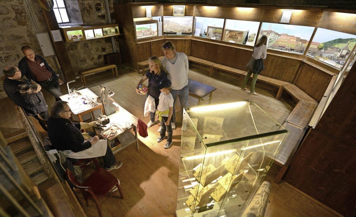 Szenen aus der Geschichte präsentiert die Zinnfigurenklause im Schwabentor.   | Foto: : Rita Eggstein