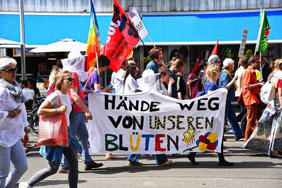 Demonstranten mit Transparenten und Flaggen    | Foto: Annette Mahro
