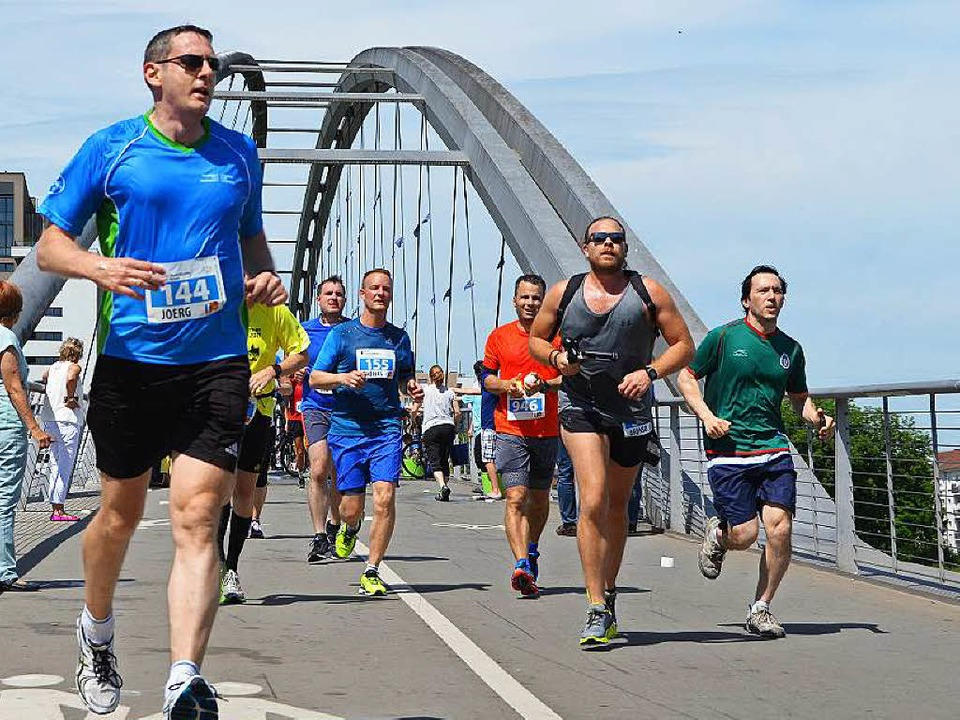 Die Teilnehmer des Hauptlaufs überquer... Dreiländerbrücke nach Weil am Rhein.   | Foto: Mark Alexander