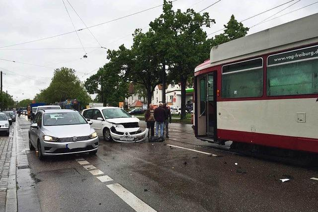 Auto kracht in Freiburg-Zähringen in Straßenbahn