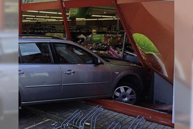 Auto landet in Einkaufsmarkt