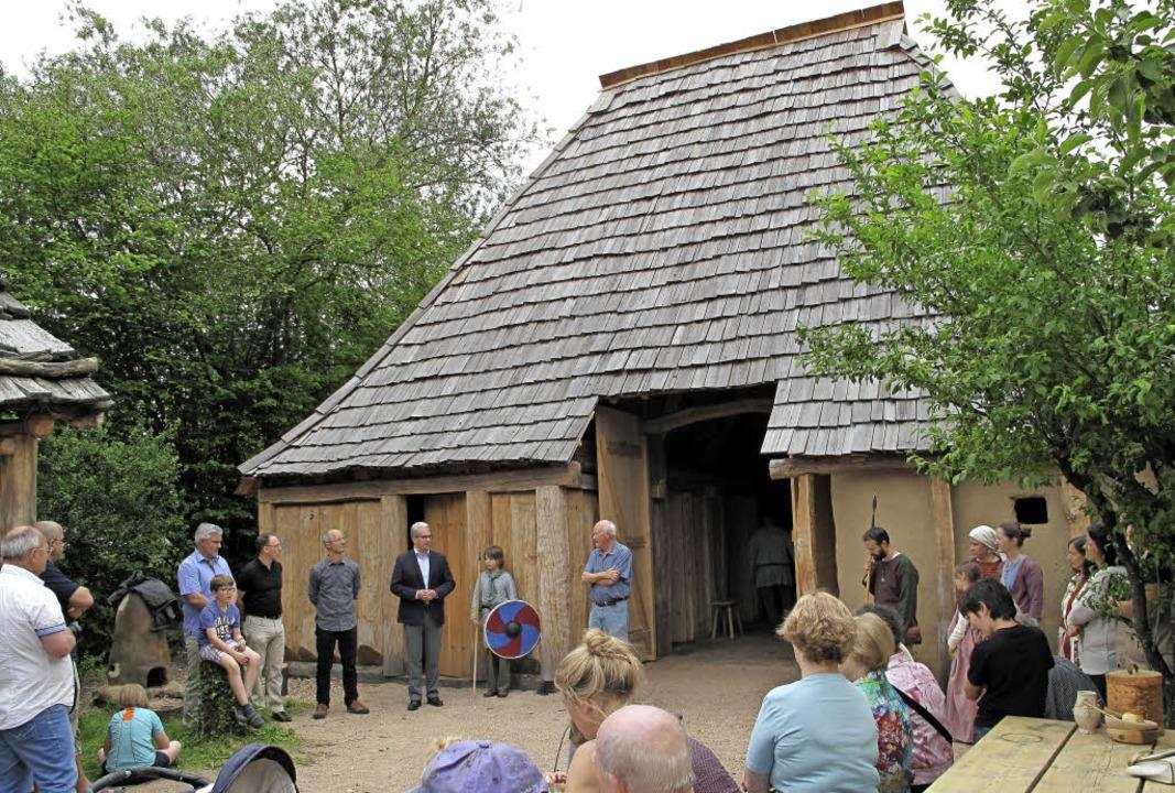 Helmut Köser eröffnet vor  Besuchern d...Handwerkerhaus des Alamannen-Museums.   | Foto: Kim Cara Ruoff