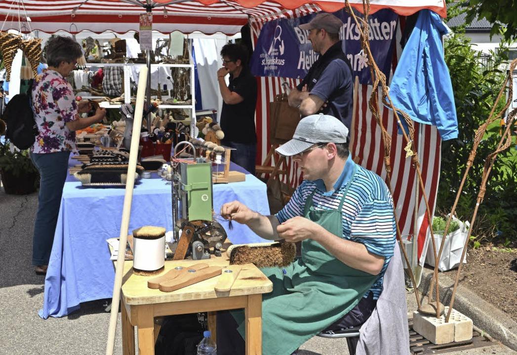 Mit Routine und Geschick zeigte ein Se...ne das alte Handwerk des Besenbinders.  | Foto: Nikolaus Bayer