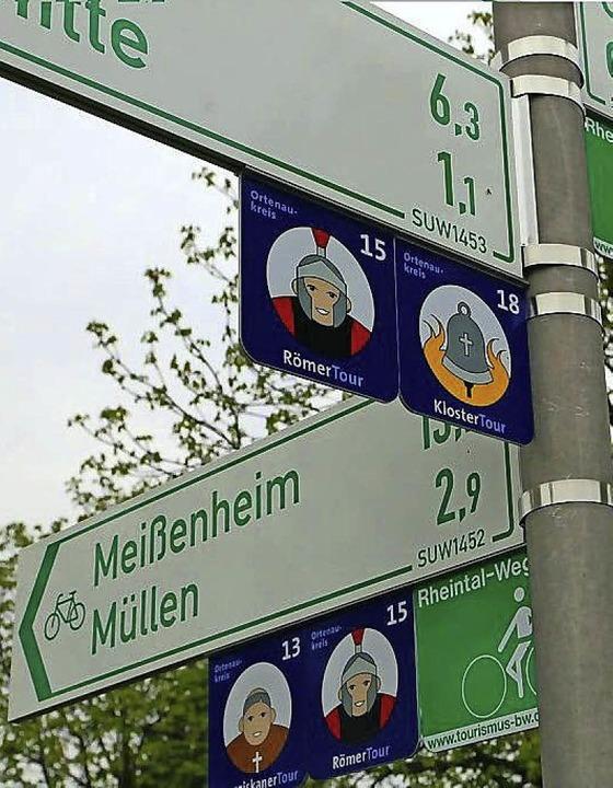 """Ein sogenannter """"Pfeilwegweiser&...nd wohin führt der Weg (viertes Bild)?    Foto: Claus Bleckwehl (3)/Landratsamt (1) Derndinger (1)"""