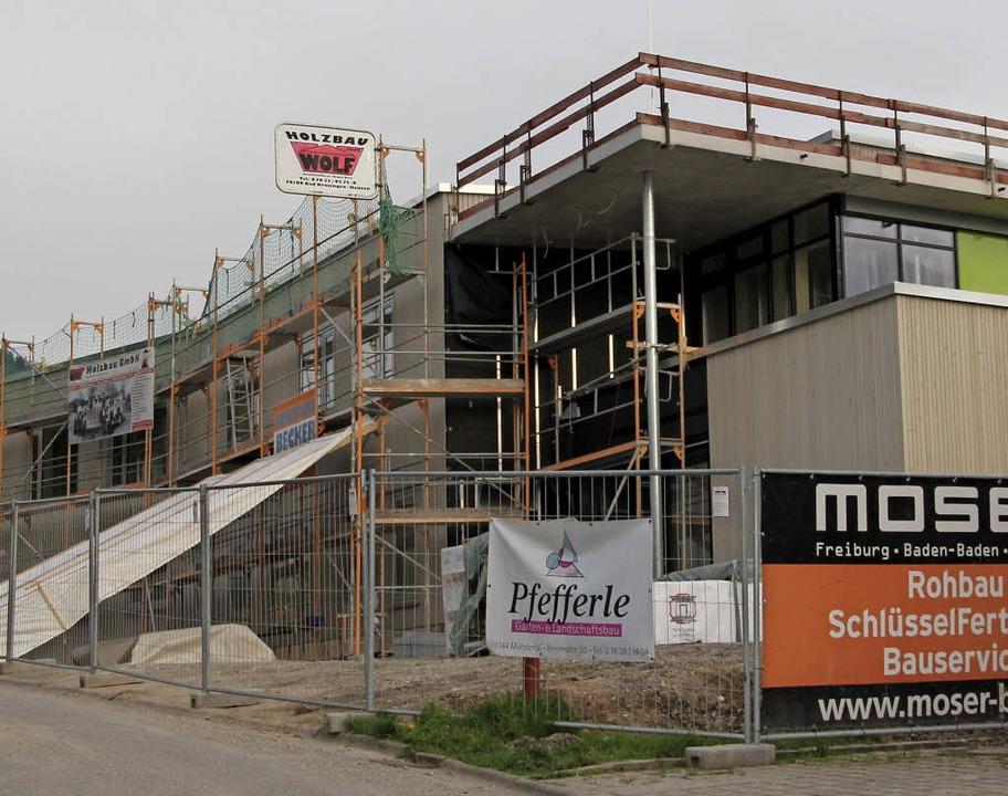 Der Neubau des  Bildungshauses in Ball...n-Dottingen nimmt immer mehr Form an.     Foto: Sabine Model