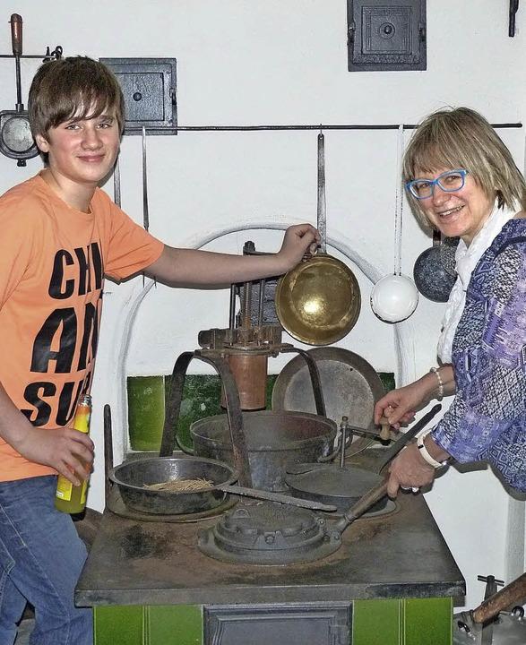 Im  Kelnhof Museum unternehmen Ulrike ...eine  Zeitreise in die Vergangenheit.     Foto: Gabi Landle