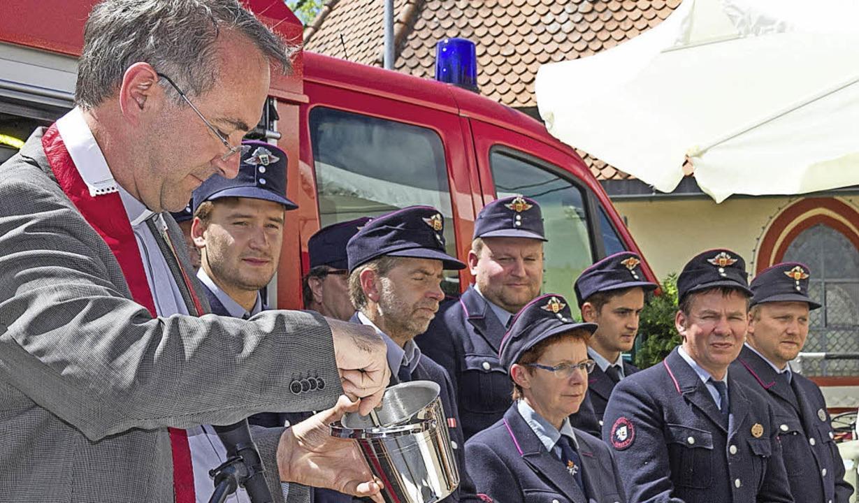 Pater Christoph Eichkorn erbat den Segen für das neue Feuerwehrfahrzeug.     Foto: Chris Seifried