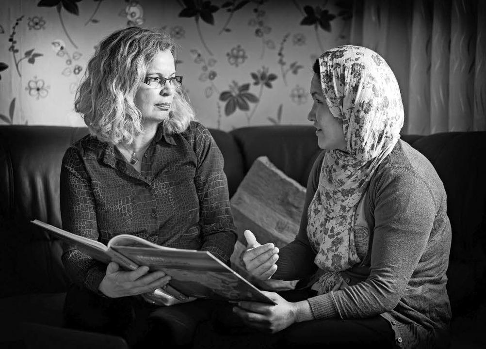 Die Fotografin Ingrid Vielsack (l.) ha...chteten Menschen  Interviews geführt.   | Foto: David anton