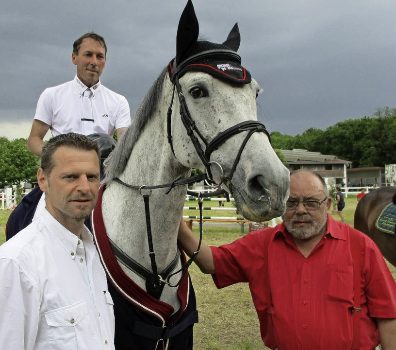 Hans-Dieter Dreher, hier mit dem RV-Vo... erfolgreiche Reiterin ausgezeichnet.     Foto: Wendt