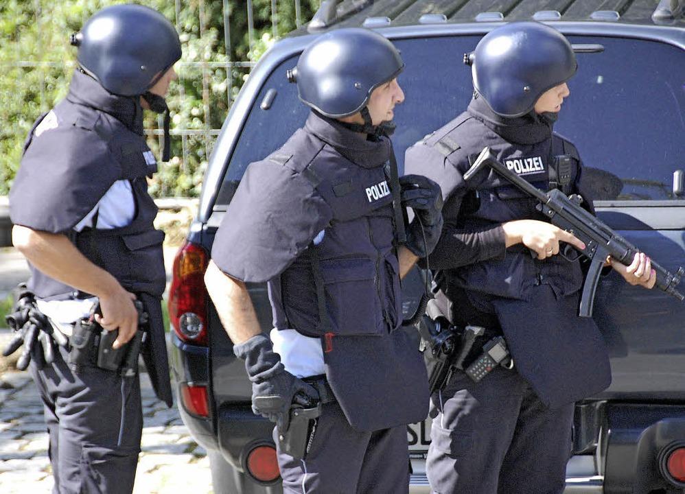 Schwer bewaffnete Polizeieinheiten suc...ch dem mutmaßlichen Mörder Fabrice A.     Foto: Lauber