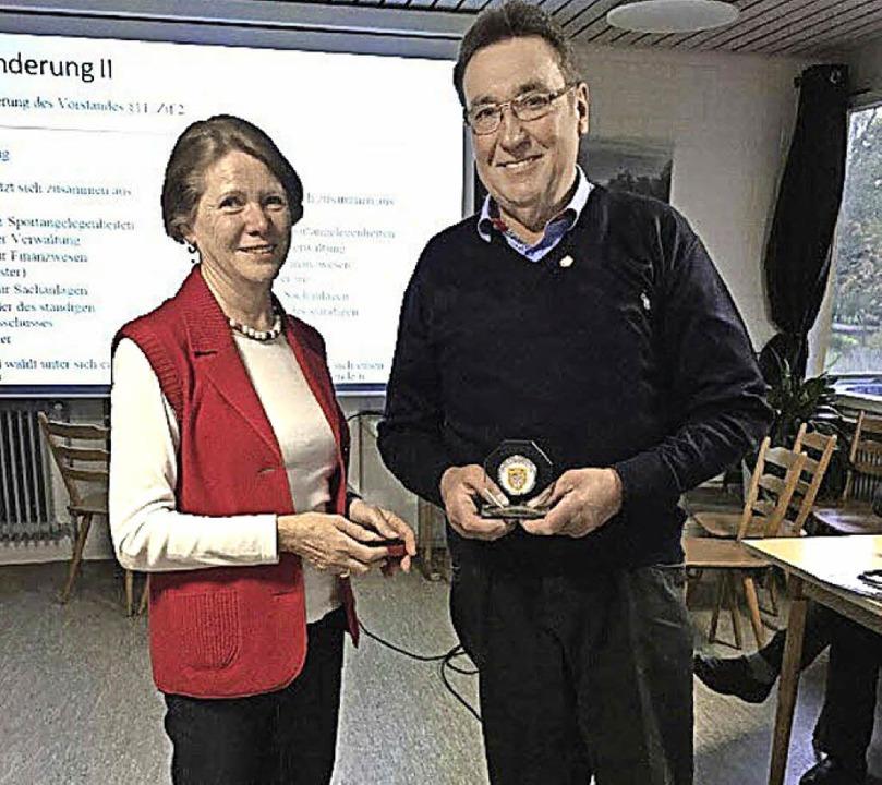 Die Ehrenvorsitzende Renate Lorenz übe...Treue hält, die   goldene Ehrennadel.     Foto: Privat