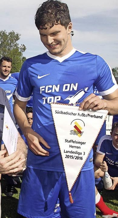 Fabian Papa, der beim letzten Spiel be...Mannschaft war, mit dem Meisterwimpel     Foto: Dieter Reinhardt