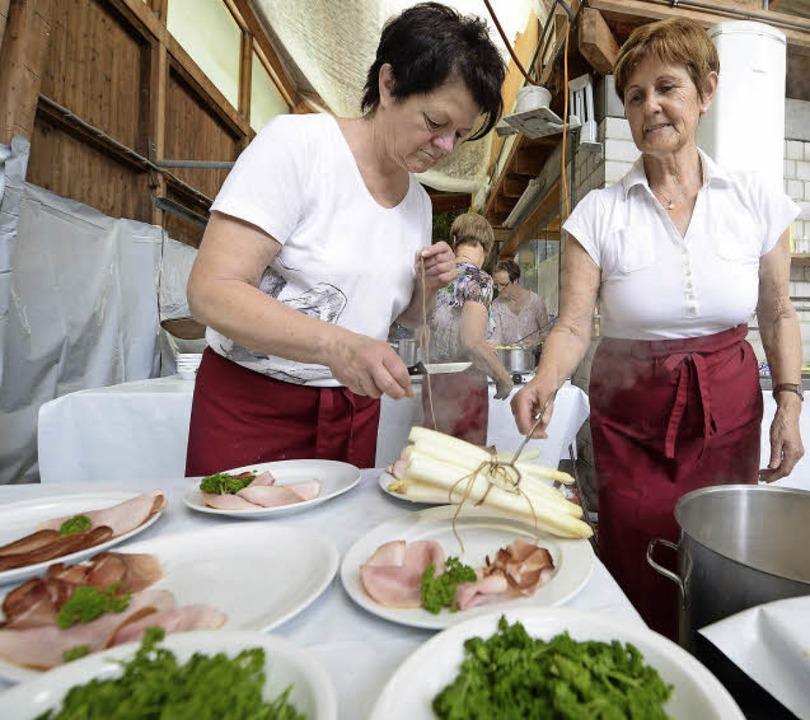 Frischer Spargel mit seinen traditione...t Besucher an Opfingens Winzerschopf.   | Foto: Rita Eggstein