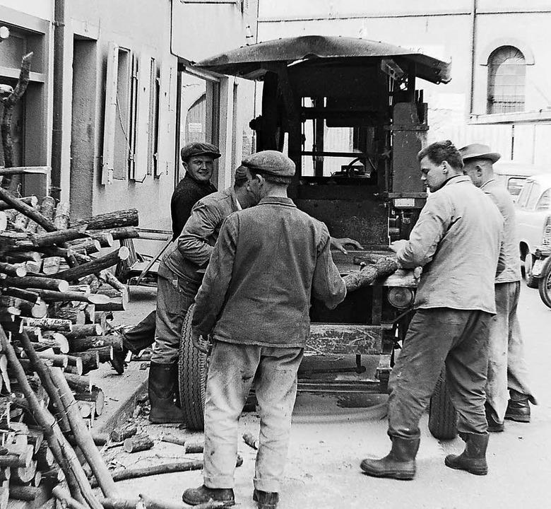 Holzhacken im Westend: Die Säger kamen...paltmaschine bis vor den Hauseingang.   | Foto: Armin E. Möller