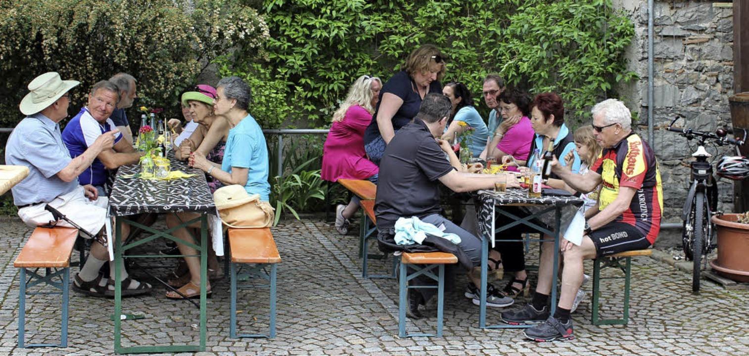 Zu Wein und Vesper trafen sich Einheim...uswärtige beim Mai-Hock in Bötzingen.   | Foto: Mario Schöneberg