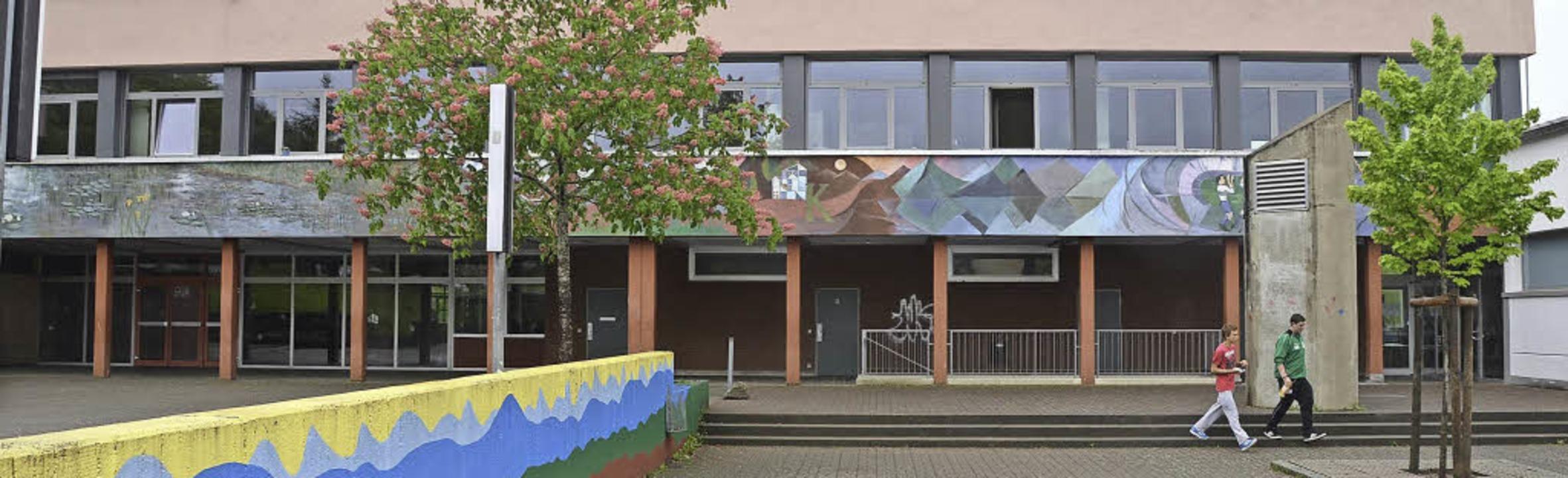Vom Haupteingang der Macke-Schule (lin...n Mensa  (ganz rechts) gebaut werden.   | Foto: Markus Maier