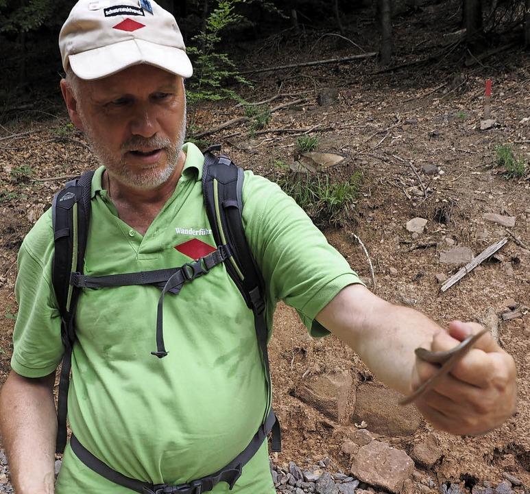 Wanderführer Glen Tobiason hat eine Blindschleiche entdeckt.   | Foto: Susanne Gilg