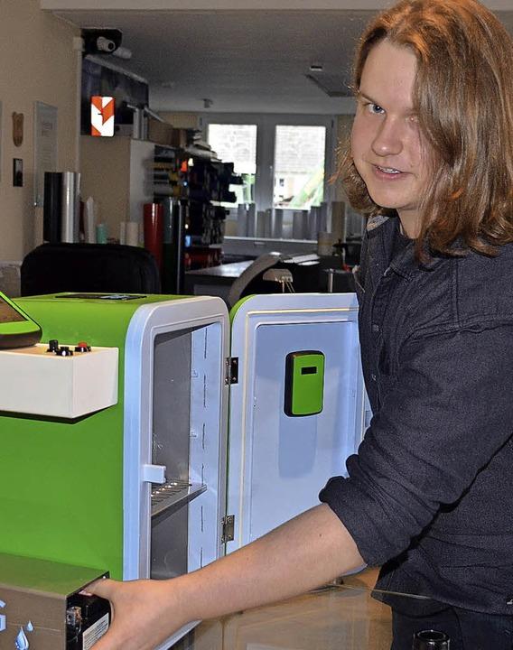 Robin Ganter aus Egringen präsentiert seinen Low-Oxygen-Kühlschrank.   | Foto: Energiedienst