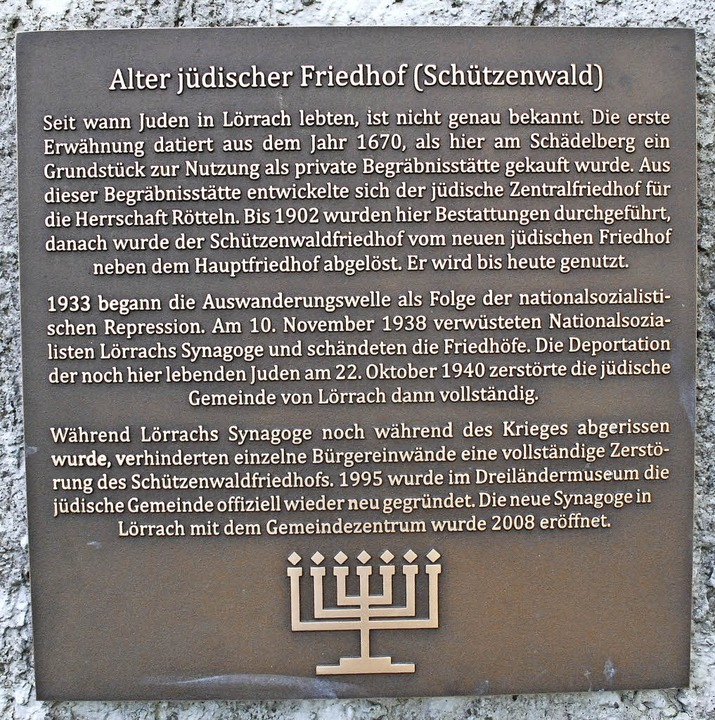 Eine Tafel informiert über die Geschichte  der Juden in Lörrach    Foto: Maja Tolsdorf