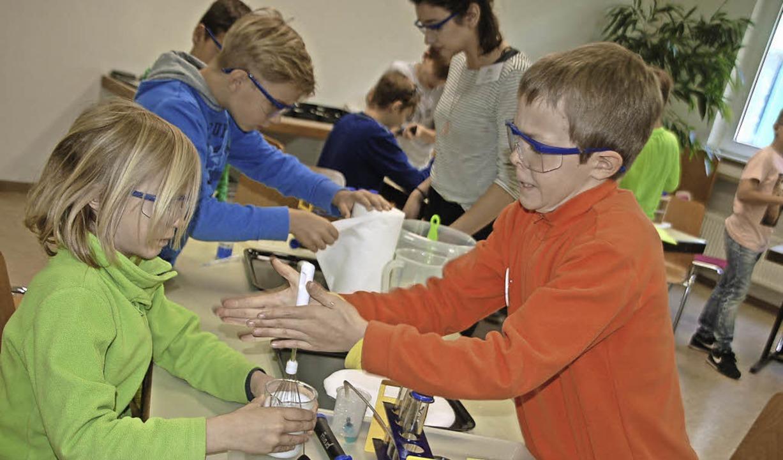 Mit vollem Körpereinsatz beteiligten s...der am Science Camp zum Thema Schaum.   | Foto: Petra Wunderle