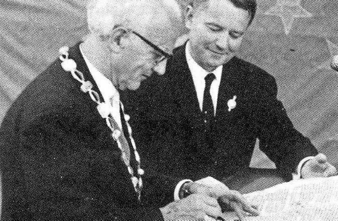 Links: 1966 Unterzeichnung der Partner...klärung zur künftigen Zusammenarbeit.   | Foto: Sammlung Max Bühler /Waldkircher Heimatbrief, Eberhard Weiss