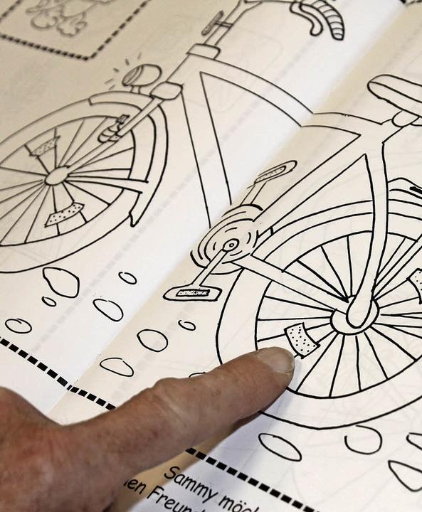 Mit verkehrsbezogenen Illustrationen r...ationen im Straßenverkehr ins Zentrum.  | Foto: Cornelia Liebwein