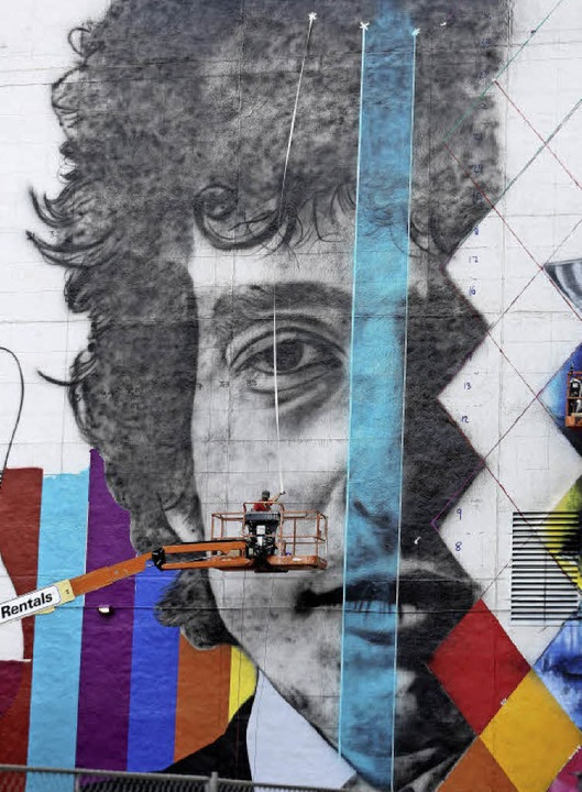 Hommage an ein vielfarbiges Werk:  Der...diesem Portrait von Bob Dylan bemalt.     Foto: AFP