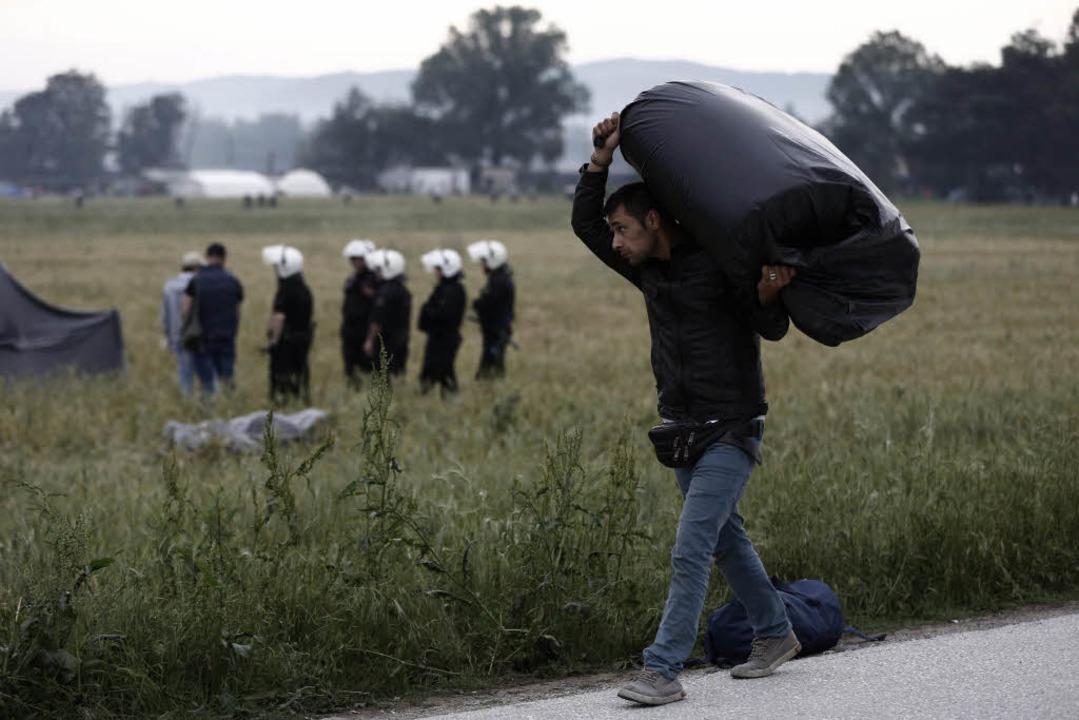 Polizeieinsatz in Idomeni: Die Räumung der Zeltstadt hat am Dienstag begonnen.  | Foto: dpa