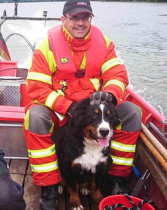 In einem Boot: Hund Luis mit einem sei...etter von der Bad Säckinger Feuerwehr.    Foto: Tobias Förster
