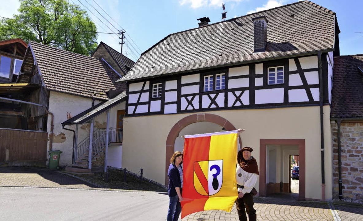 Etwa 60 Fahnen mit dem Malterdinger  W...le, wo auch Aufführungen stattfinden.   | Foto: Dieter ERggelet